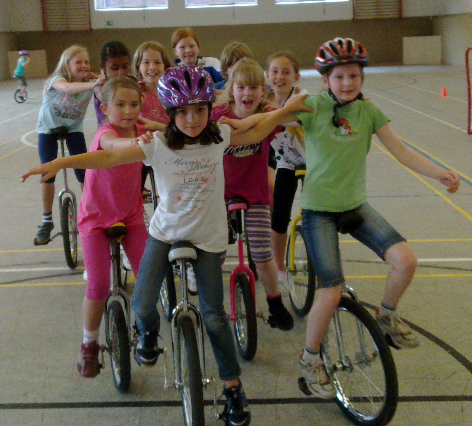Junge Einrad Sportler fahren in enger Formation